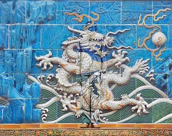 Стена и китайский хамелеон человек-невидимка Лю Болинь сливается на фото с окружающим миром