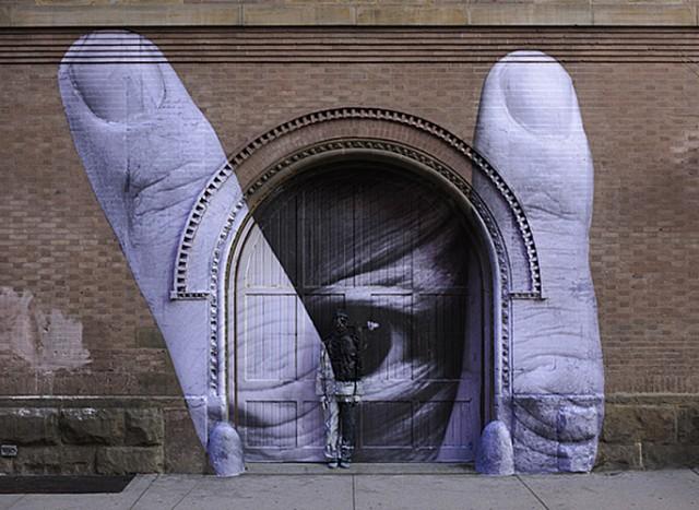 Дверь и китайский хамелеон человек-невидимка Лю Болинь сливается на фото с окружающим миром