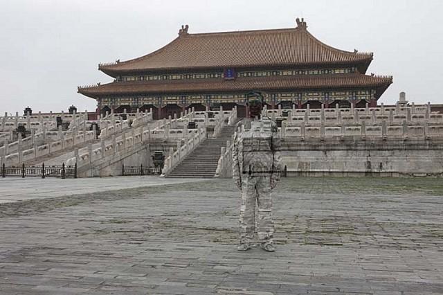 Храм и китайский хамелеон человек-невидимка Лю Болинь сливается на фото с окружающим миром