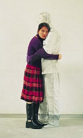 Девушка и китайский хамелеон человек-невидимка Лю Болинь сливается на фото с окружающим миром