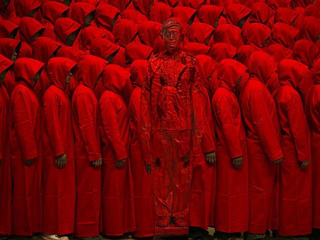 Монахи и китайский хамелеон человек-невидимка Лю Болинь сливается на фото с окружающим миром
