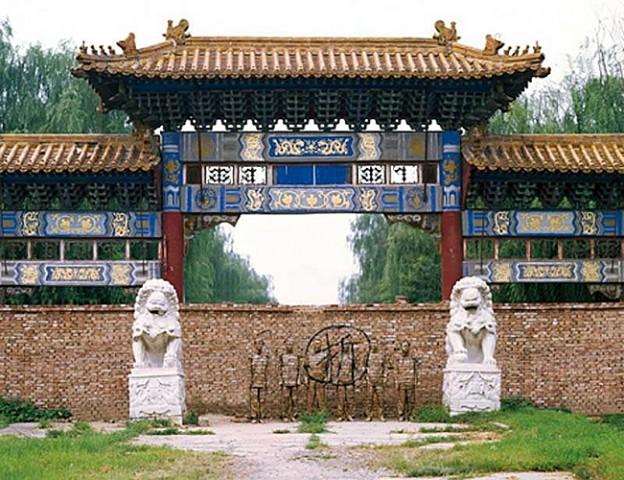 Кирпичи и китайский хамелеон человек-невидимка Лю Болинь сливается на фото с окружающим миром