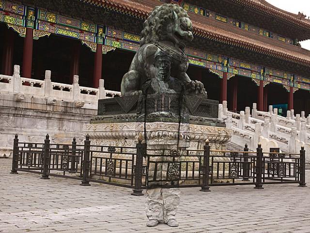 Статуя и китайский хамелеон человек-невидимка Лю Болинь сливается на фото с окружающим миром