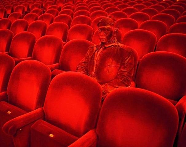 Театр и китайский хамелеон человек-невидимка Лю Болинь сливается на фото с окружающим миром