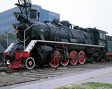 Поезд и китайский хамелеон человек-невидимка Лю Болинь сливается на фото с окружающим миром